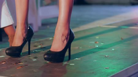 sandalet : presentation of new collection of shoes on catwalk on fashion show close-up Stok Video