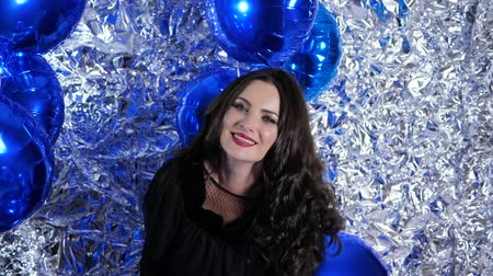 šik : holiday of lady with sincere smile among inflatable balloons on background of brilliant wall decorated with foil at entertainment Dostupné videozáznamy