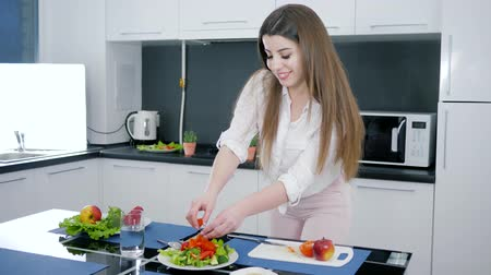 tábua de cortar : healthy lifestyle, woman slicing red tomato on cutting board for vegetable salad on the kitchen table
