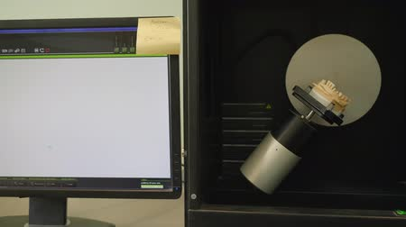 fixação : Dantist Radiology Machine scans artificial jaw in lighting and shows on computer monitor in medical laboratory