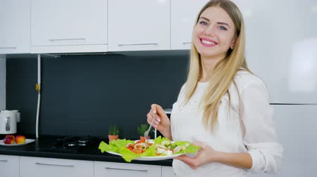 užitečný : healthy lifestyle of young woman with plate of food into hand for breakfast in cuisine