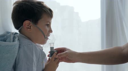 respiração : aching child breathes through an inhaler for treatment difficulty breathing in hospital Stock Footage