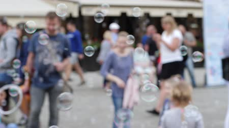 desfocado : Wroclaw, Poland 12 May 2018: many bubbles fly in air on unfocused background of people in Wroclaw, 12 May 2018.