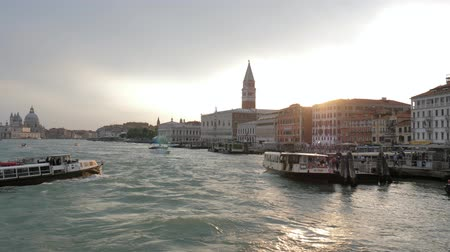 лодки : Venice, Italy 19 May 2018: berth of European city, pleasure boats bring tourists to pier in evening in Venice, 19 May 2018. Стоковые видеозаписи
