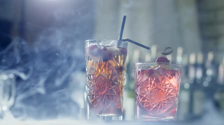 desfocado : beautiful alcohol beverage with berries and plastic straws in glass in mist close up on unfocused background