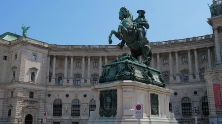 herceg : Vienna, Austria 20 May 2018: European sightseeing, statue of the Prinz Eugen in front of Hofburg Imperial Palace on Heldenplatz in Vienna, 20 May 2018. Stock mozgókép