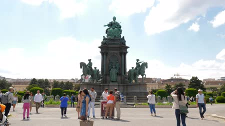 Мария : Vienna, Austria 20 May 2018: tourists on the square near monument to Empress Maria Theresa in the center in Vienna, 20 May 2018. Стоковые видеозаписи