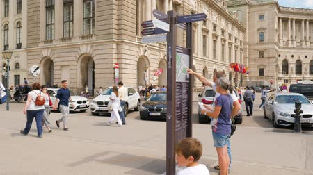 poste de sinalização : Vienna, Austria 20 May 2018: tourists use map with street signs on Heldenplatz in Vienna, 20 May 2018. Vídeos