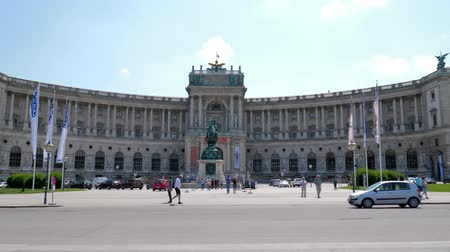герой : Vienna, Austria 20 May 2018: tourists walk on Heldenplatz (Heroes Square) in front of Imperial Palace Hofburg in Vienna, 20 May 2018. Стоковые видеозаписи