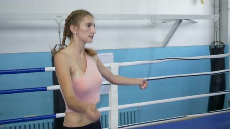 construção muscular : cardio workout, girl leads healthy lifestyle and trains leg muscles using jump rope in ring Vídeos