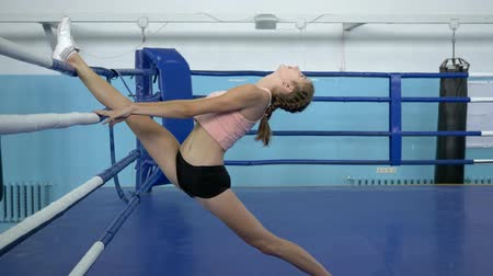 construção muscular : flexible athlete girl perform twine during training before gymnastic contest in sports club Vídeos