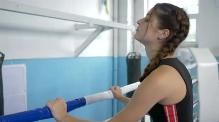 construção muscular : sportswoman tired breathing during resting after workout on ring sports center close-up