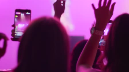 прожектор : crowd people with smartphone make photo at night event close-up on unfocused background in lighting searchlight