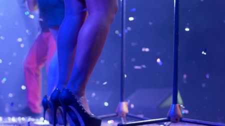 прожектор : legs girls vocalist on high-heeled close-up on concert stage and sparkling tinsel flies