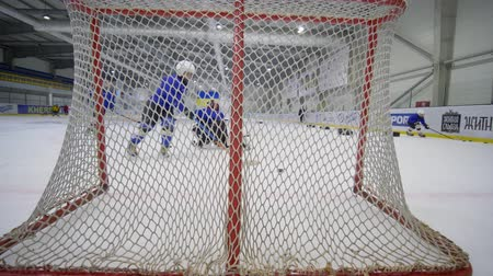 вратарь : KHERSON, UKRAINE - OCTOBER 28, 2018: small goalkeeper misses the hockey puck into the gate on training, physical development of children Стоковые видеозаписи