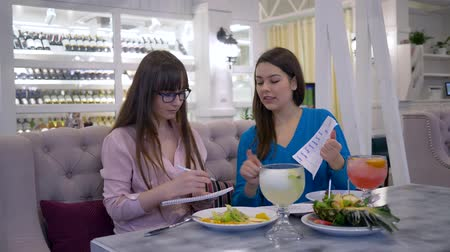 az yağlı : vegetable diet nutrition, dietician consult girl patient about healthy eating and make diet plan for lose weight during useful appetizing dinner in restaurant Stok Video