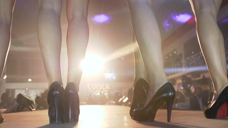semana : KHERSON, UKRAINE - DECEMBER 01, 2018: female legs models in black high-heeled shoes on catwalk close-up in lighting spotlights at fashion show Stock Footage