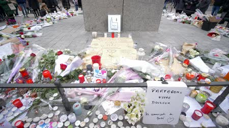 luz de velas : STRASBOURG, FRANCE - DECEMBER 18, 2018: memorial with lots of flowers and candles, consequences of terrorist attack Stock Footage