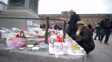oltář : STRASBOURG, FRANCE - DECEMBER 18, 2018: people bring flowers and candles to statue of General Kleber to vigil place after Christmas Market terrorist attacks