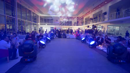 gösterileri : KHERSON, UKRAINE - DECEMBER 01, 2018: expensive celebrated event, many rich people rest at tables in large hall of evening event holiday in spotlights