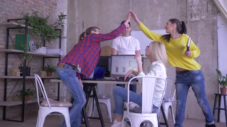spolupracovníci : modern business office, young creative workers welcomes the new employee and giving each other high five