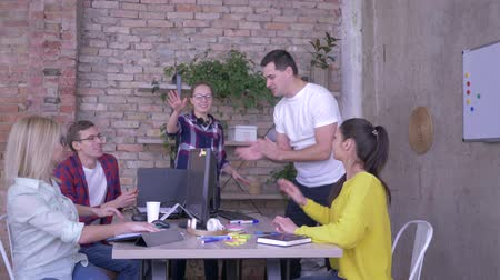 spolupracovníci : gesture of victory, friendly business team folded hands and lift their up in modern office
