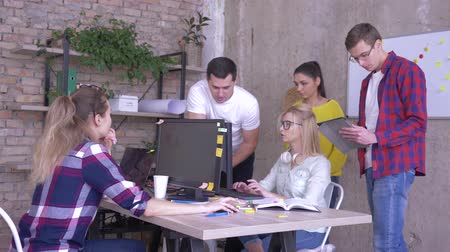spolupracovníci : business discussion, young coworkers talk with office associate working at personal computer