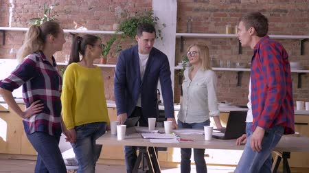 spolupracovníci : portrait of successful businesspeople in modern office, Creative team men and women communication at work during break in kitchen standing at table