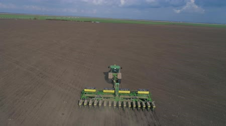 ekili : aerial footage of the modern tractor cultivating the land with using plows before sowing on agricultural field Stok Video