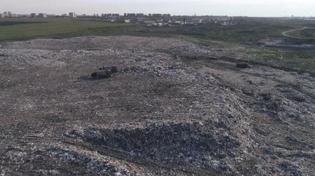 contaminação : aerial view of rubbish dump, people work at a landfill near trucks, seagulls fly over large garbage pile