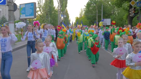 festividades : KHERSON, UKRAINE - MAY 20, 2019: Festival Melpomene of Tavria, National city event, crowd children and teenagers in different costumes walk along city street and shout chants outdoors