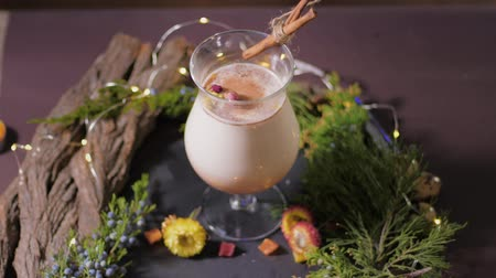 küçük hindistan cevizi : homemade traditional Christmas eggnog drink in glasses with ground nutmeg, cinnamon and decorating a with christmas tree and lights, celebrating festive holiday season