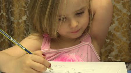 criar : Adorable Cute  Painter Girl With Pen Create a Picture. 4K UltraHD, UHD