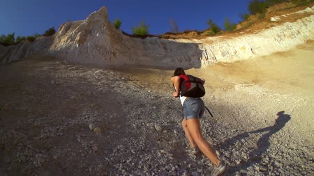 wspinaczka górska : Woman hiking and climbing . Strong determined tourist woman is climbing the rock in sunny Grand Canyon. Slow motion filmed at 250 fps. Wideo