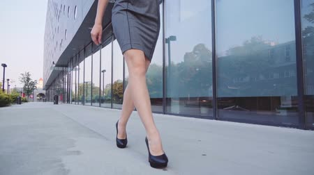 самодельный : Sexy woman legs in black high-heeled shoes. Steadicam stabilized shot. Attractive business woman walking in the city in the morning.