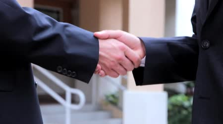 tratar : Handshake - Businessmen shaking hands business deal partnership high definition. CloseUp Vídeos