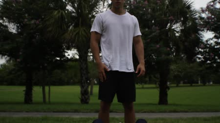 musculação : Young man doing sit-ups, exercising with personal trainer
