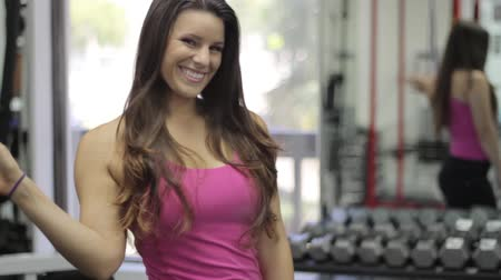 ginásio : Smiling sportswoman waving at camera. Gym Stock Footage