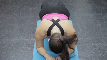fitnes : Healthy woman doing core exercises at the gym