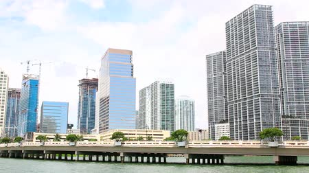 реальное время : Miami Skyline. Brickell Key Waterfront. luxury hotels and condominiums