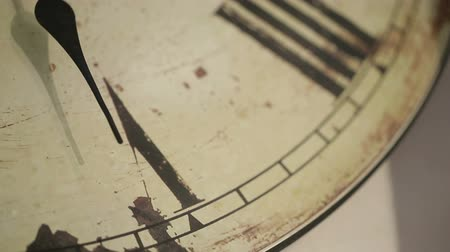 antika : Timelapse close-up minutes clock hand on 5. Clock with decor and roman numerals