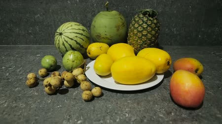 grejpfrut : Plate with tropical fruits on the kitchen table