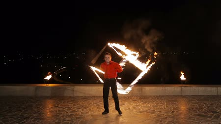 alevler : Man twist fiery circles on a fire show. Stok Video