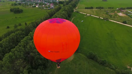 tej : Flying over the hot air balloon. Hot air balloon in the sky over a field in the countryside. Stock mozgókép