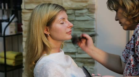 polvere : Make up artist facendo professionale make-up di trattamenti woman.Spa giovani, centro di bellezza.