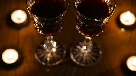 kırmızı şarap : Two glasses of wine on black background and burning candles. Red wine glasses.
