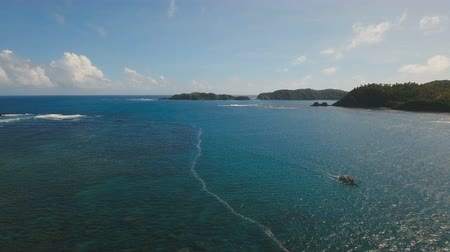 filipíny : Aerial view: sea and the tropical island with rocks and waves. Water surface. Seascape: sky, clouds, rocks, ocean. Philippines, Catanduanes. 4K video Travel concept Aerial footage Dostupné videozáznamy