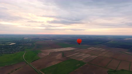 tej : Hot air balloons in the sky over a field in the countryside.Aerial view:Hot air balloons in the sky over a field in the countryside. 4K video,ultra HD. Stock mozgókép