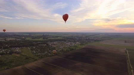 tej : Red balloon in the shape of a heart.Aerial view:Hot air balloon in the sky over. 4K video,ultra HD. Stock mozgókép