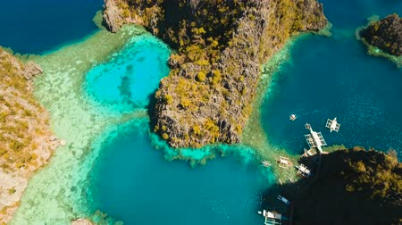 tyrkysový : Tropical lagoon with azure water, beach by the Kayangan Lake, Philippines. Aerial view Coron island, with cove, bay at Kayangan lake. Lagoon with sailing boats. Aerial video. Philippines. 4K video, Travel concept, Aerial footage. Dostupné videozáznamy